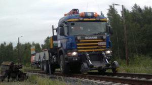 Tolvanen ratavarustuksella oleva kuorma-auto