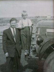 Kuvassa Pekka Tolvanen isänsä Heikki kanssa.